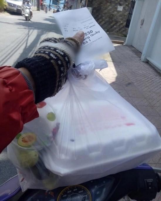 Bữa ăn vịt quay trị giá 380 nghìn đầy nước mắt của tài xế xe ôm khiến dân mạng bức xúc - Ảnh 1.