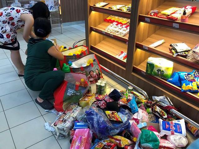 Người dân TPHCM đổ xô gom hàng siêu thị Auchan tháo khoán - Ảnh 2.