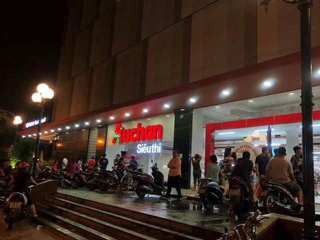 Người dân TPHCM đổ xô gom hàng siêu thị Auchan tháo khoán - Ảnh 14.