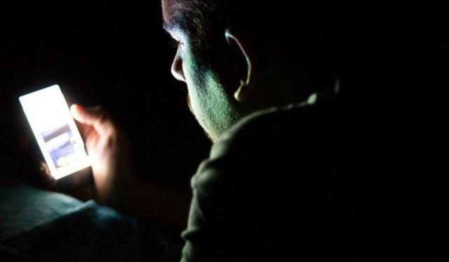 Chàng trai 26 tuổi có sỏi trong mắt vì thói quen về đêm mà nhiều người trẻ mắc phải - Ảnh 1.