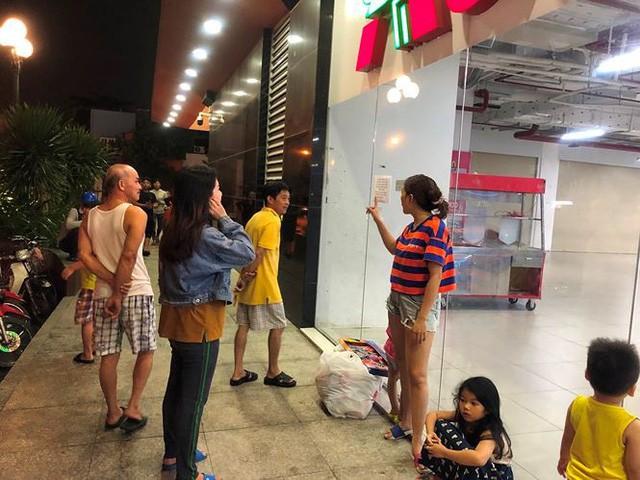 Người dân TPHCM đổ xô gom hàng siêu thị Auchan tháo khoán - Ảnh 15.