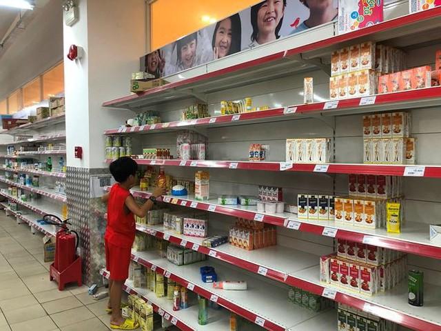Người dân TPHCM đổ xô gom hàng siêu thị Auchan tháo khoán - Ảnh 5.