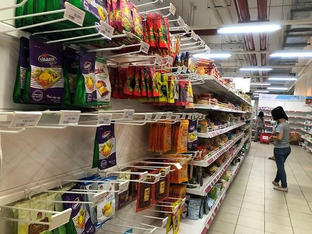 Người dân TPHCM đổ xô gom hàng siêu thị Auchan tháo khoán - Ảnh 6.