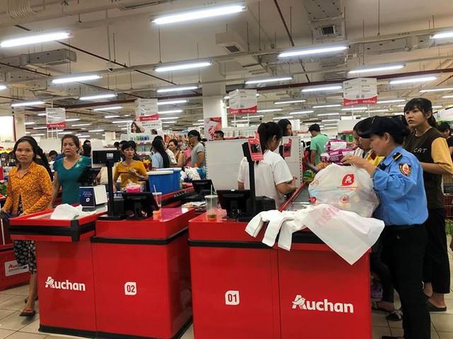 Người dân TPHCM đổ xô gom hàng siêu thị Auchan tháo khoán - Ảnh 8.