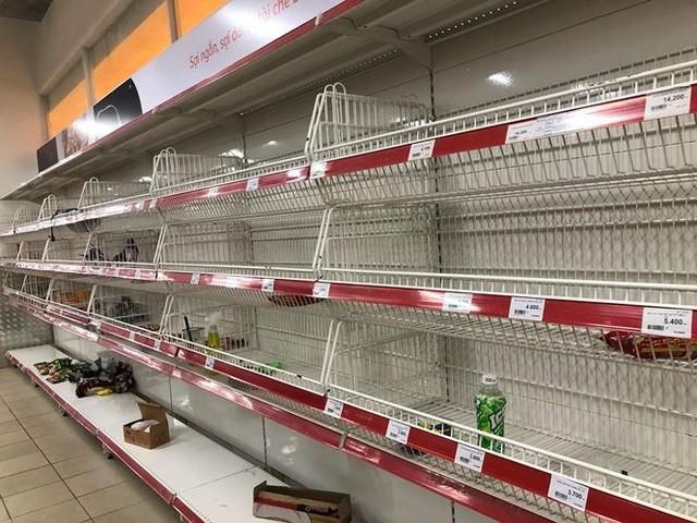 Người dân TPHCM đổ xô gom hàng siêu thị Auchan tháo khoán - Ảnh 9.