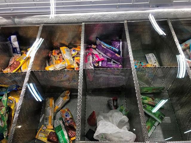 Người dân TPHCM đổ xô gom hàng siêu thị Auchan tháo khoán - Ảnh 10.