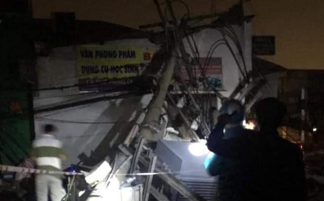 Container kéo ngã hàng loạt trụ điện trong đêm ở Sài Gòn - Ảnh 1.