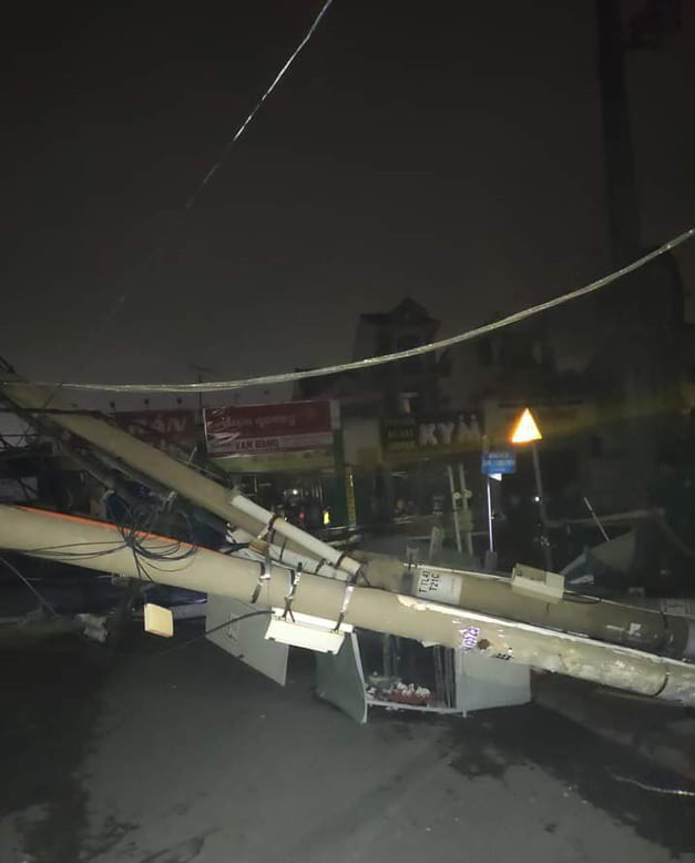 Container kéo ngã hàng loạt trụ điện trong đêm ở Sài Gòn - Ảnh 3.