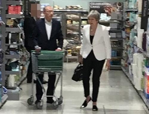 Sau tuyên bố từ chức, thủ tướng Anh thoải mái đi siêu thị cùng chồng - Ảnh 1.