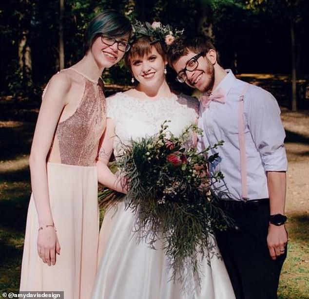 Phù dâu xinh đẹp khiến cô dâu yêu luôn trong đám cưới, kết cục ly kỳ như phim sau đó khiến mọi người hết ngỡ ngàng lại đến choáng váng - Ảnh 1.