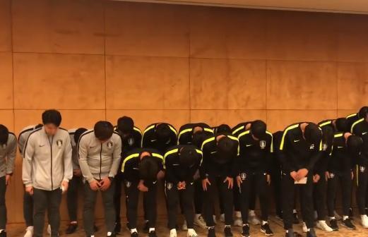 Biến căng: Toàn đội Hàn Quốc phải cúi đầu xin lỗi sau hành động đạp chân lên chiếc cúp vô địch giành được tại Trung Quốc - Ảnh 3.