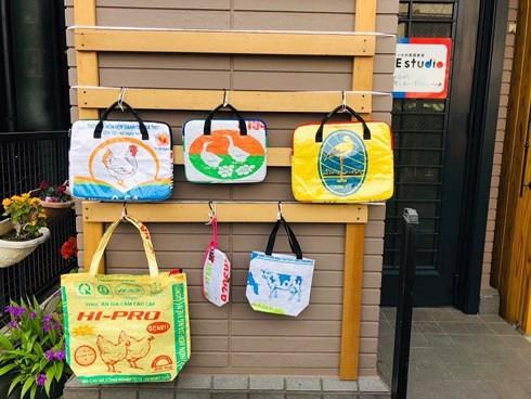 Túi xách từ vỏ bao cám heo, vịt của Việt Nam được yêu thích ở Nhật - Ảnh 2.