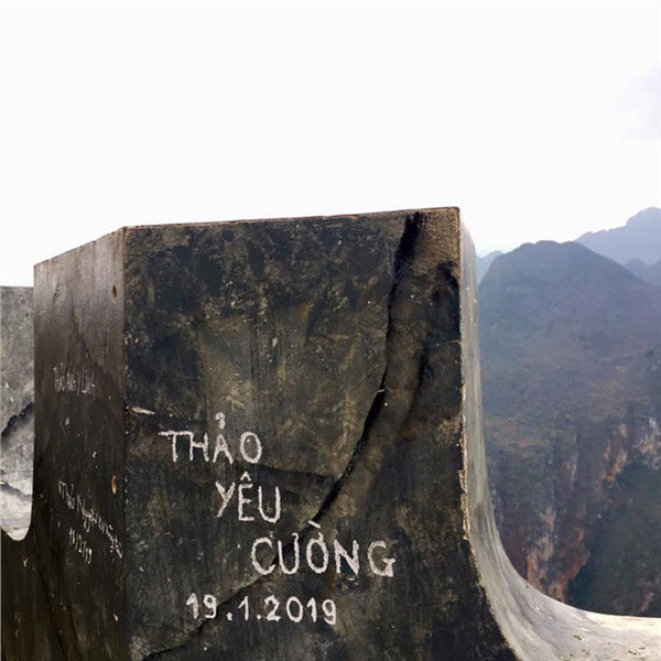 Dòng chữ Robinson xuất hiện trên hàng loạt mỏm đá ở bãi biển Bình Định, dân mạng bức xúc tìm danh tính người vẽ bậy - Ảnh 8.