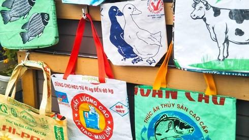 Túi xách từ vỏ bao cám heo, vịt của Việt Nam được yêu thích ở Nhật - Ảnh 7.
