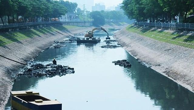 Vì sao nước sông Tô Lịch chuyển màu xanh? - Ảnh 1.