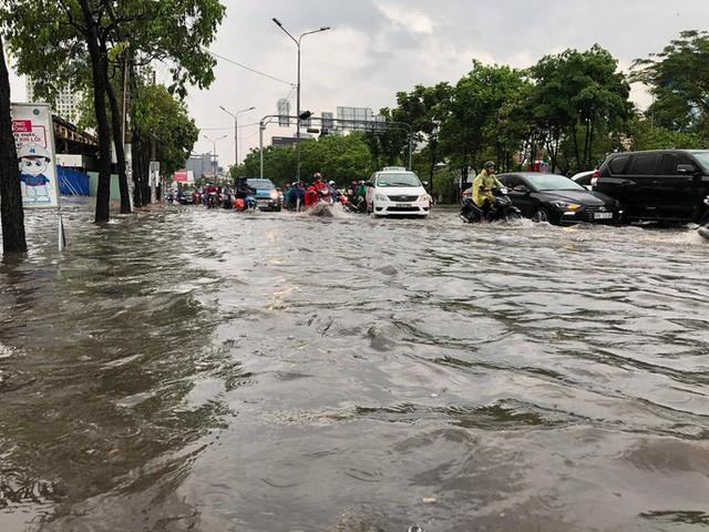 TP HCM ngập mênh mông, kẹt xe khắp nơi sau mưa lớn - Ảnh 1.