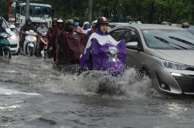 TP HCM ngập mênh mông, kẹt xe khắp nơi sau mưa lớn - Ảnh 2.