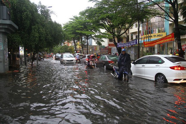 TP HCM ngập mênh mông, kẹt xe khắp nơi sau mưa lớn - Ảnh 4.