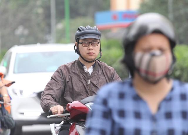 Thời tiết bất thường, người Hà Nội mặc áo phao giữa mùa hè - Ảnh 4.