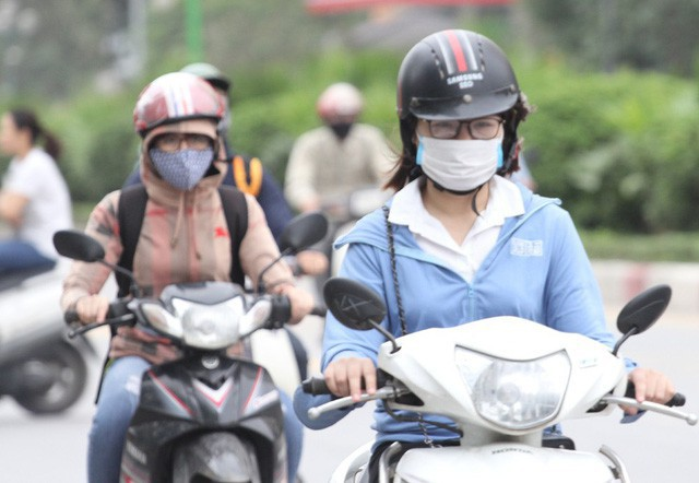 Thời tiết bất thường, người Hà Nội mặc áo phao giữa mùa hè - Ảnh 2.