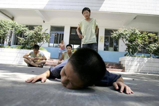 Khi con bị bắt nạt, cha mẹ đừng dạy con nói 3 từ này bằng không càng khiến trẻ bị tổn thương nặng nề hơn - Ảnh 1.