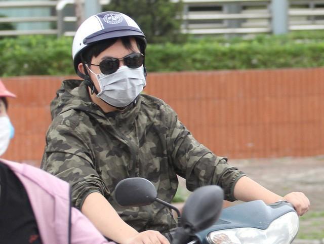 Thời tiết bất thường, người Hà Nội mặc áo phao giữa mùa hè - Ảnh 6.