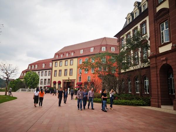Đại bản doanh của Huawei ở Trung Quốc đẹp tựa châu Âu thu nhỏ, nhân viên đi làm mà cứ như đi nghỉ dưỡng - Ảnh 25.