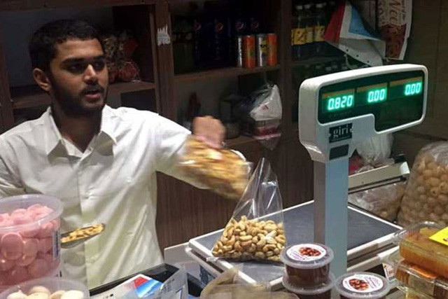 Dạy con kì lạ như tỷ phú kim cương giàu có bậc nhất Ấn Độ: Đẩy con trai ra đường kiếm tiền như người nghèo, không được dùng điện thoại trong 1 tháng để hiểu được cuộc sống - Ảnh 1.
