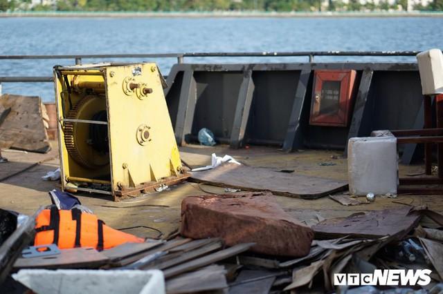 Du thuyền xa hoa một thời hoen gỉ, mục nát trên Hồ Tây - Ảnh 7.