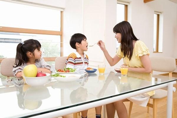 Chuyên gia tâm lý chỉ ra những sai lầm kinh điển của cha mẹ khiến con trở nên khó bảo và ngang ngược hơn - Ảnh 2.