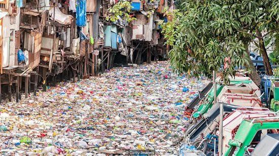 Cách giải quyết ô nhiễm rác thải nhựa rất hiệu quả của Philippines: Trả tiền điện tử để người dân thu gom rác! - Ảnh 1.