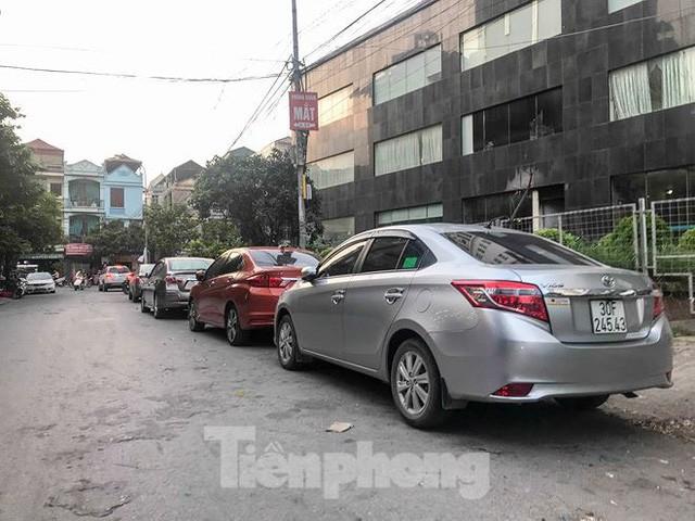 Cư dân nhà thu nhập thấp đầu tiên ở Hà Nội giành giật chỗ để ô tô - Ảnh 2.
