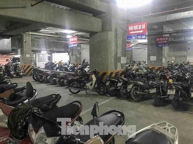 Cư dân nhà thu nhập thấp đầu tiên ở Hà Nội giành giật chỗ để ô tô - Ảnh 6.