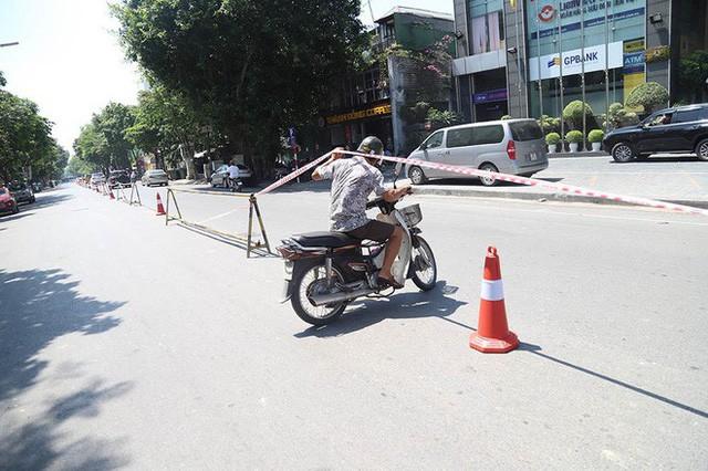Lạ lẫm phố Trần Hưng Đạo được rào chắn, ngơ ngác chui dây tìm lối thoát - Ảnh 5.