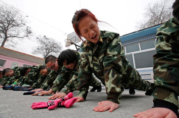 1 ngày trong nhà tù cai nghiện internet ở Trung Quốc: Tường rào bọc thép, kỉ luật sắt như quân đội, kẻ nổi loạn sẽ bị trói, chi phí tốn kém không ít - Ảnh 7.