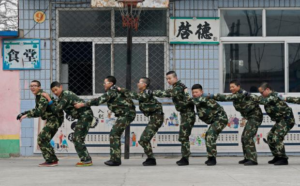1 ngày trong nhà tù cai nghiện internet ở Trung Quốc: Tường rào bọc thép, kỉ luật sắt như quân đội, kẻ nổi loạn sẽ bị trói, chi phí tốn kém không ít - Ảnh 11.