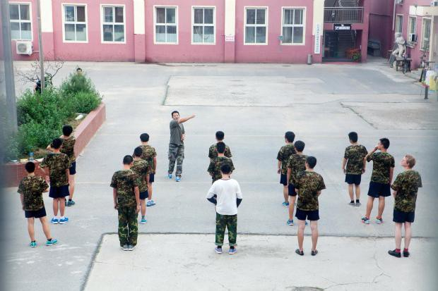 1 ngày trong nhà tù cai nghiện internet ở Trung Quốc: Tường rào bọc thép, kỉ luật sắt như quân đội, kẻ nổi loạn sẽ bị trói, chi phí tốn kém không ít - Ảnh 5.