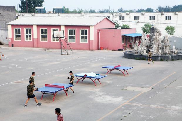 1 ngày trong nhà tù cai nghiện internet ở Trung Quốc: Tường rào bọc thép, kỉ luật sắt như quân đội, kẻ nổi loạn sẽ bị trói, chi phí tốn kém không ít - Ảnh 6.
