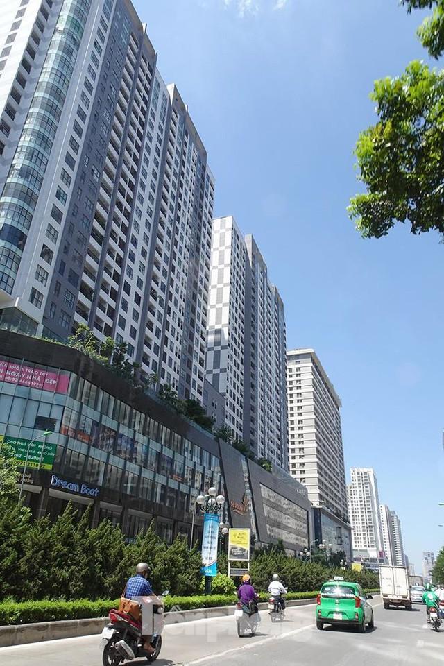 Những tuyến phố Hà Nội ngộp thở với cao ốc ngày nắng nóng - Ảnh 3.