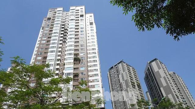 Những tuyến phố Hà Nội ngộp thở với cao ốc ngày nắng nóng - Ảnh 4.