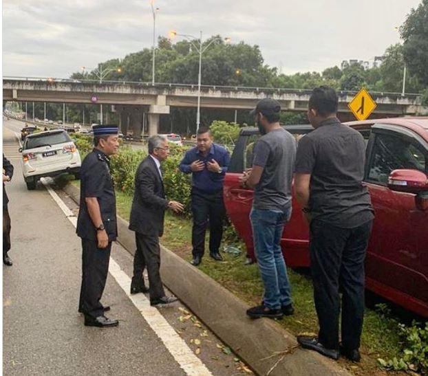 Bức ảnh Vua Malaysia dừng xe, hỗ trợ người bị tai nạn giao thông gây 'sốt' - Ảnh 1.