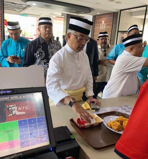 Bức ảnh Vua Malaysia dừng xe, hỗ trợ người bị tai nạn giao thông gây 'sốt' - Ảnh 2.