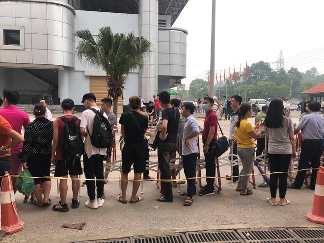 """u23 việt nam – myanmar - photo 2 15595486254171779864904 - Đội nắng xếp hàng mua vé trận U23 Việt Nam – Myanmar, phe vé """"hét"""" giá gấp 10 lần"""