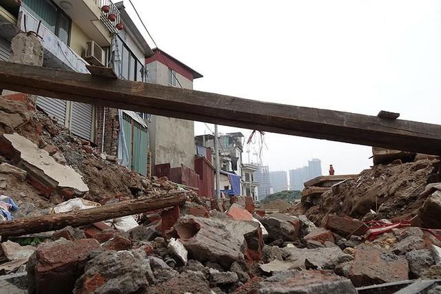 Mặt tiền chênh vênh, người dân chật vật bắc cầu lên nhà trên phố Phạm Văn Đồng - Ảnh 3.