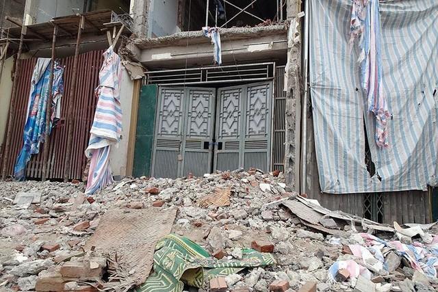 Mặt tiền chênh vênh, người dân chật vật bắc cầu lên nhà trên phố Phạm Văn Đồng - Ảnh 5.