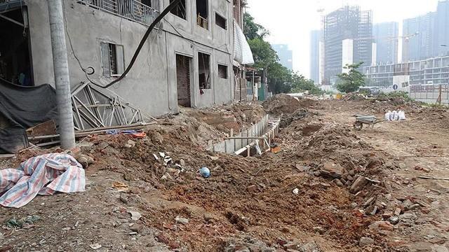 Mặt tiền chênh vênh, người dân chật vật bắc cầu lên nhà trên phố Phạm Văn Đồng - Ảnh 6.