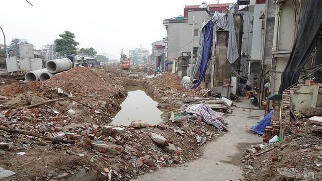 Mặt tiền chênh vênh, người dân chật vật bắc cầu lên nhà trên phố Phạm Văn Đồng - Ảnh 7.