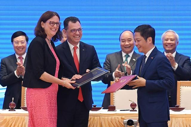 Những khoảnh khắc ấn tượng trong lễ ký kết lịch sử giữa Việt Nam và EU - Ảnh 6.