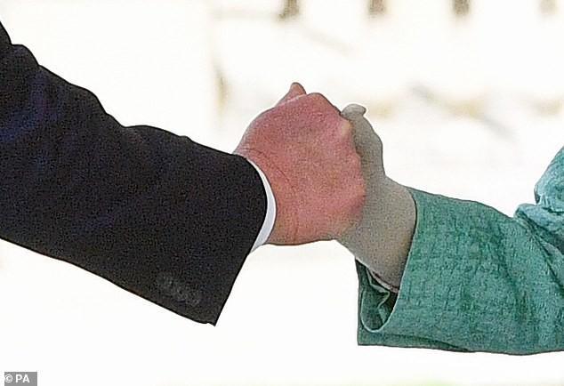 Lần thứ 2 gặp Nữ hoàng Anh, TT Trump lại khiến dân mạng dậy sóng vì cú bắt tay... chẳng giống ai? - Ảnh 1.