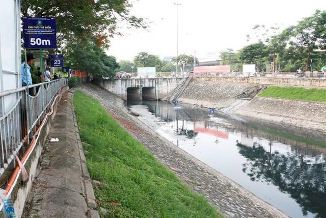 Chuyên gia Nhật Bản lội sông Tô Lịch khảo sát sau 20 ngày thí điểm làm sạch - Ảnh 1.